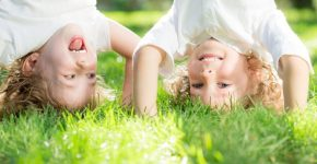 vaikai-zaidzia-lauke-vasara